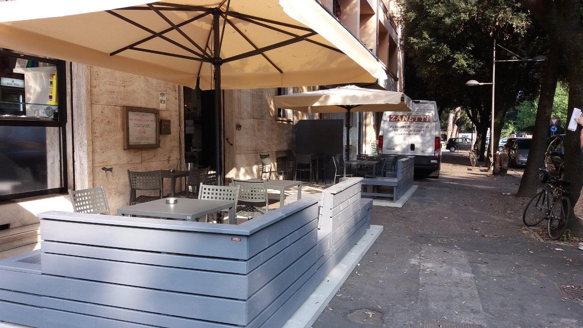 Nostre realizzazioni tavoli quatris sedie alice e for Arredi esterni per bar e ristoranti
