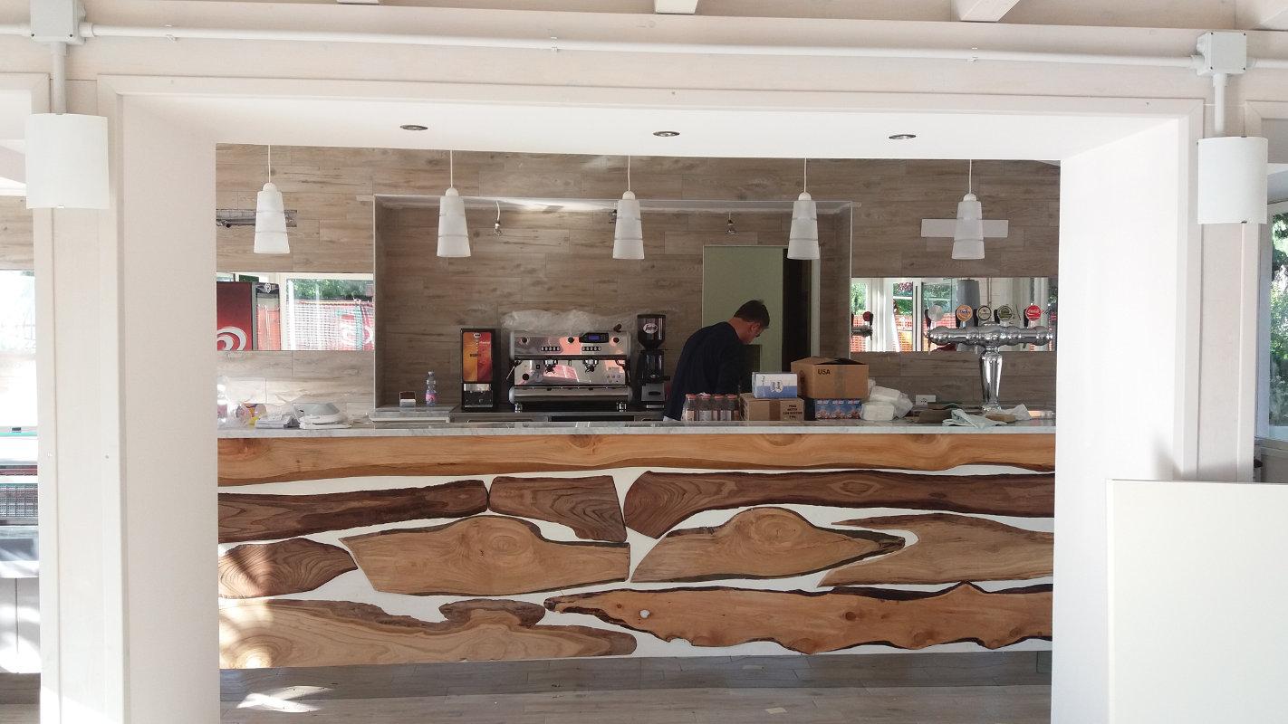 Nostre realizzazioni struttura per bar in legno for Arredamenti bar prezzi
