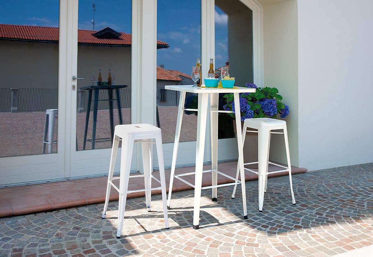Tavoli e sedie: tavolo in lamiera con sgabelli